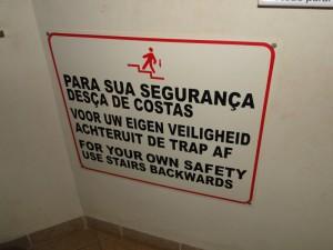 Sinalização em português, holandês e inglês