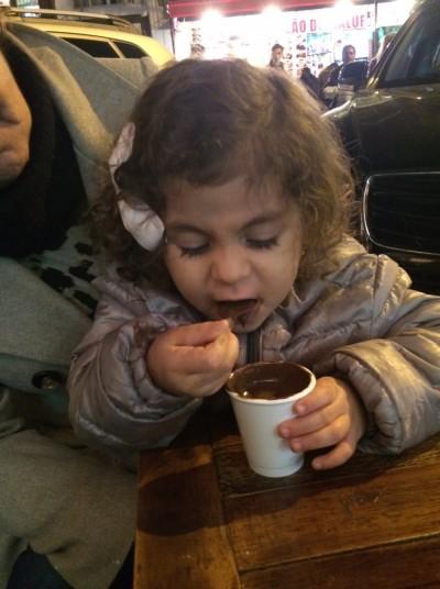 Bela se esbaldando no chocolate quente