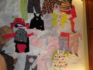 Conferindo se todas as roupas que compramos pela internet chegaram. Separamos por grupos de tamanho e fotografamos. Isso também ajudava a tirar dúvidas nas lojas para não comprarmos roupas repetidas.