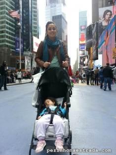 Bela tirando uma soneca na Times Square