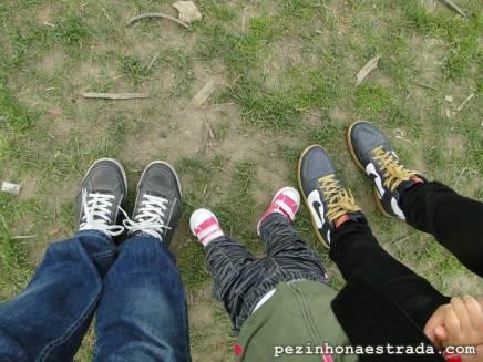 Pezinhos na estrada. A foto de destaque do nosso blog foi feita na graminha do Central Park!