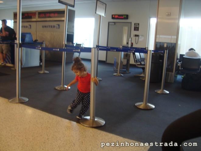 A Bela brincando enquanto esperávamos o voo em Houston