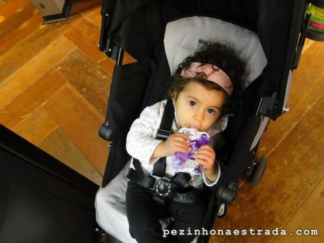 Bela se deliciando com o iogurte orgânico Plum