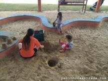 Playground coberto: a Bela brincando com a monitora e uma amiguinha.
