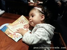 Bela refletindo sobre o que vai pedir no Red Lobster (kids menu)