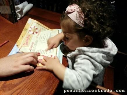 Bela escolhendo o prato no kids menu do Red Lobster