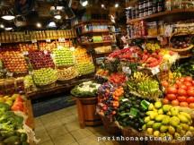Frutas e legumes colorindo lindamente os mercados locais