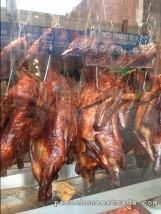 Em Chinatown, as vitrines exibem bichos assados inteiros, dos pés à cabeça