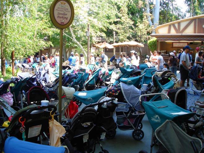 Muitos carrinhos nas entradas das atrações. Créditos: radiobread, Flickr. https://creativecommons.org/licenses/by-sa/2.0/