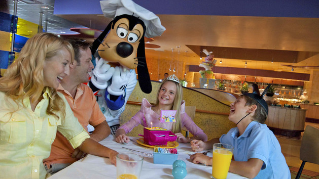 Jantar no restaurante Goofy's Kitchen. Créditos: © Disney