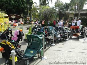 Em alguns lugares do zoológico, é necessário deixar o carrinho estacionado