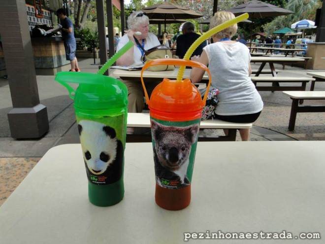Copos que dão direito a refil grátis em todo o zoológico