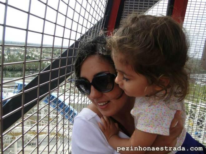 Bela e mamãe na roda gigante do Disney California Adventure