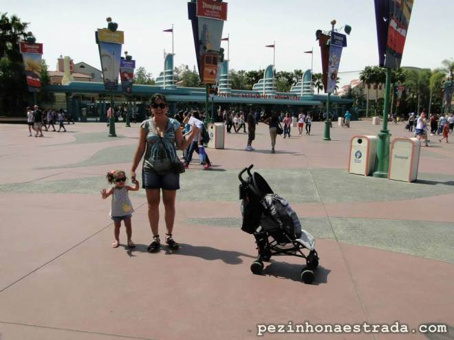 """A mamãe e a Bela já com óculos escuros e protetor solar + carrinho com toda a """"bagagem"""" para um dia de parque."""