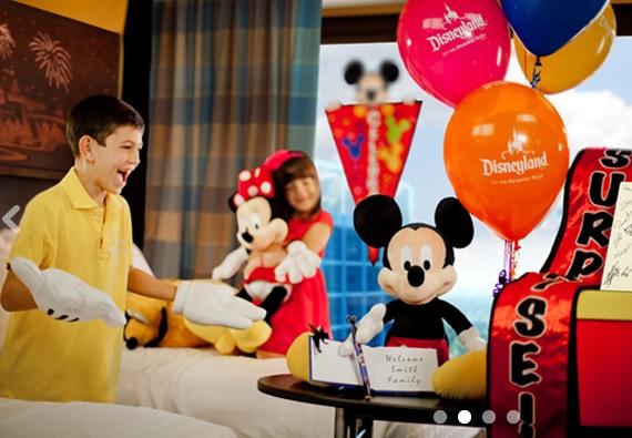 Festa surpresa no hotel. Créditos: http://disneyland.disneyfloralandgifts.com/