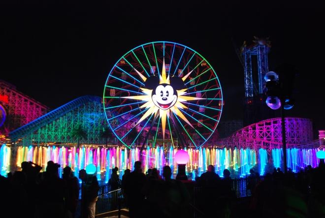 Espetáculo World of Color, no Disney California Adventure. Créditos: themeparkgc, http://creativecommons.org/licenses/by/2.0/