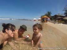 Bela, a vovó e a mamãe se esbaldando nas águas quentinhas e tranquilas de Tibau do Sul.