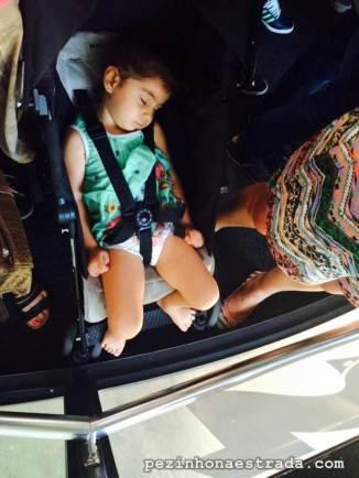 Dormindo no bondinho. Eternamente grata a quem inventou o carrinho de bebê.
