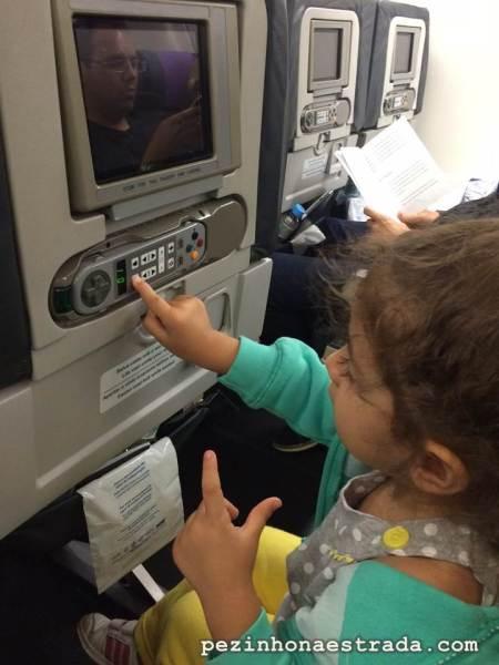 A Bela tentando se entender com o sistema de entretenimento a bordo do avião da Azul